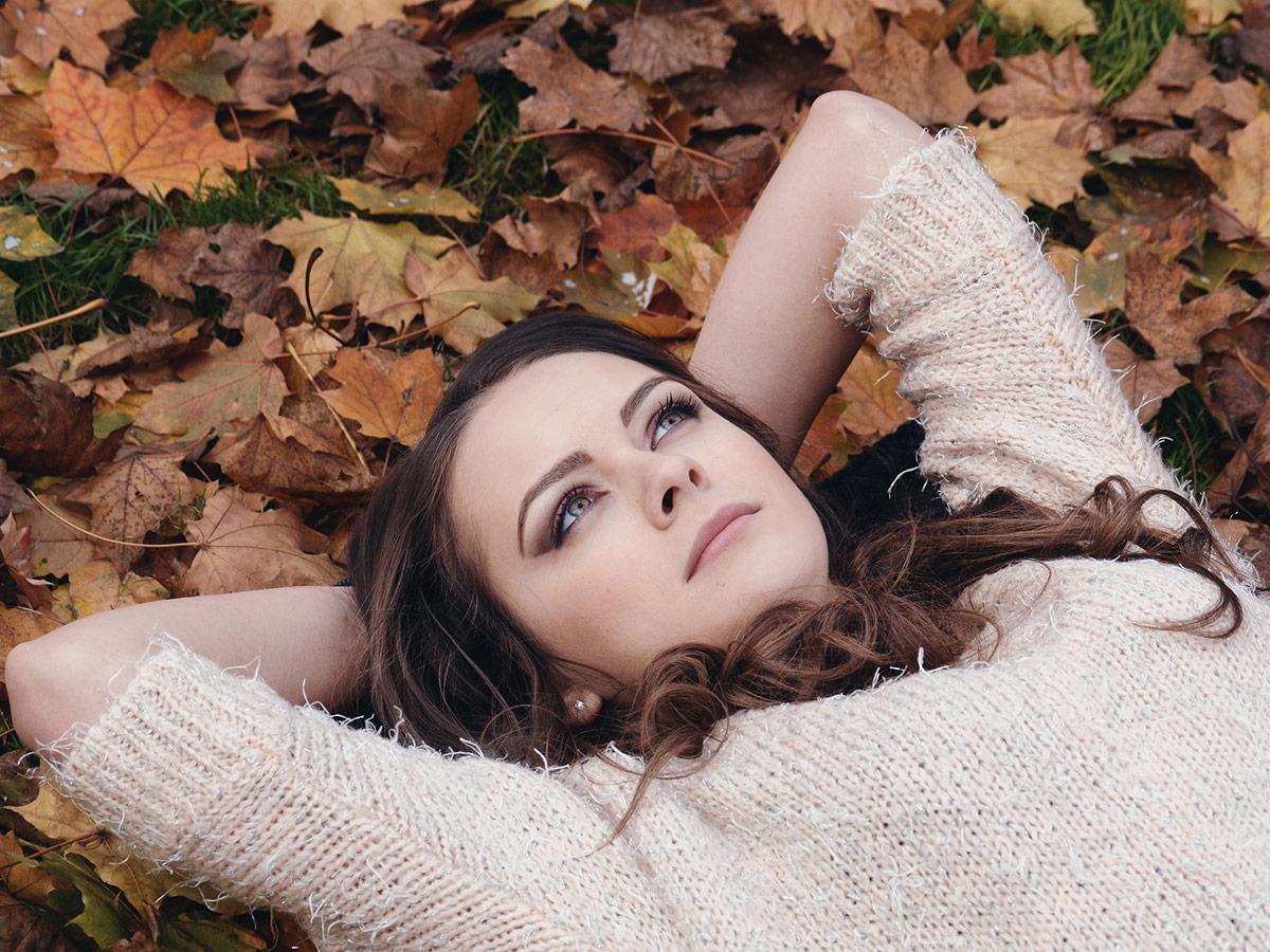 Descubre cómo combatir la caída del cabello en otoño