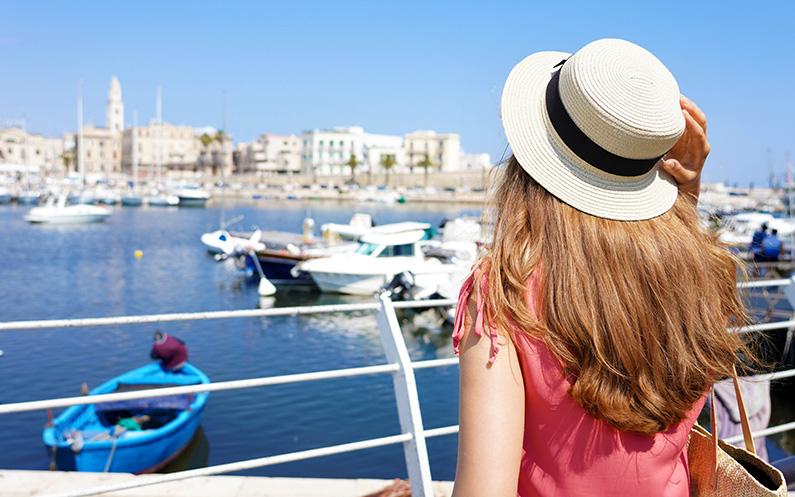 Qué son los hair hats: la combinación ideal para la prótesis capilar o la peluca en verano